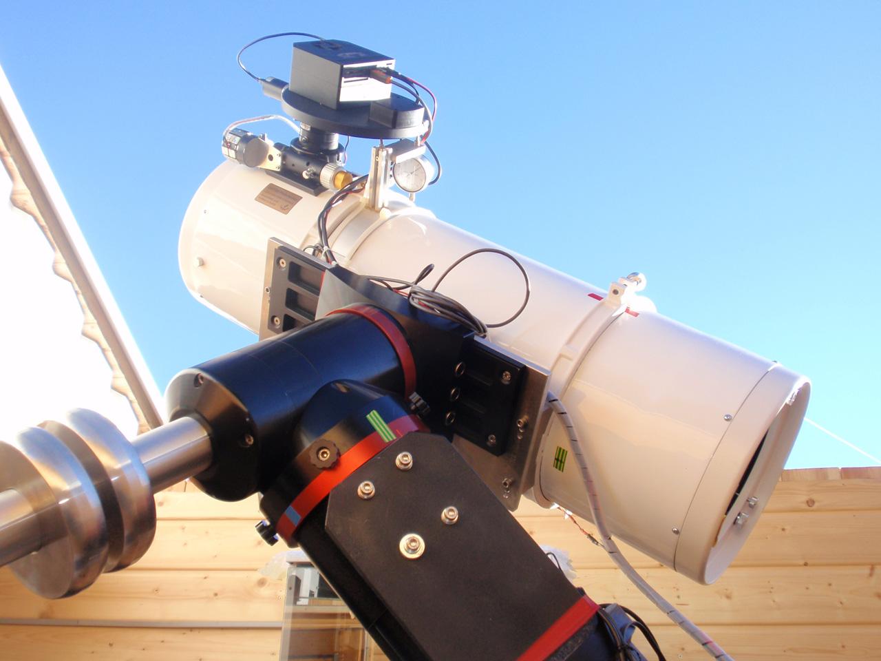Foto der blutmond durch ein newton teleskop